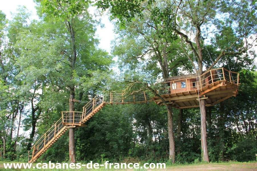 cabane les feuilles domaine de la dombes cabane dans les arbres en rh ne alpes cabanes de. Black Bedroom Furniture Sets. Home Design Ideas