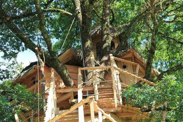 cabane de la grenouille domaine de la dombes cabane dans les arbres en rh ne alpes cabanes. Black Bedroom Furniture Sets. Home Design Ideas