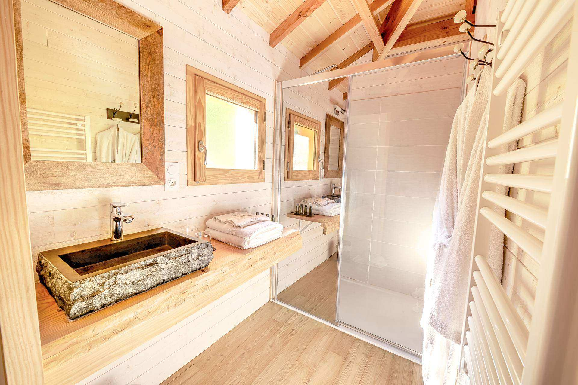 cabane perch e avec spa privatis domaine de la male cabane sur pilotis en midi pyr n es. Black Bedroom Furniture Sets. Home Design Ideas