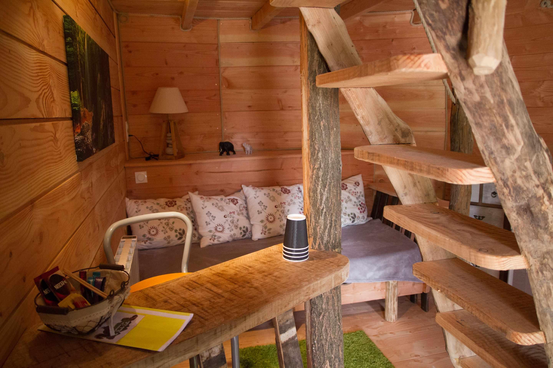 cabane au dessus du ruisseau cabane dans les arbres cabane sur pilotis en centre cabanes de. Black Bedroom Furniture Sets. Home Design Ideas
