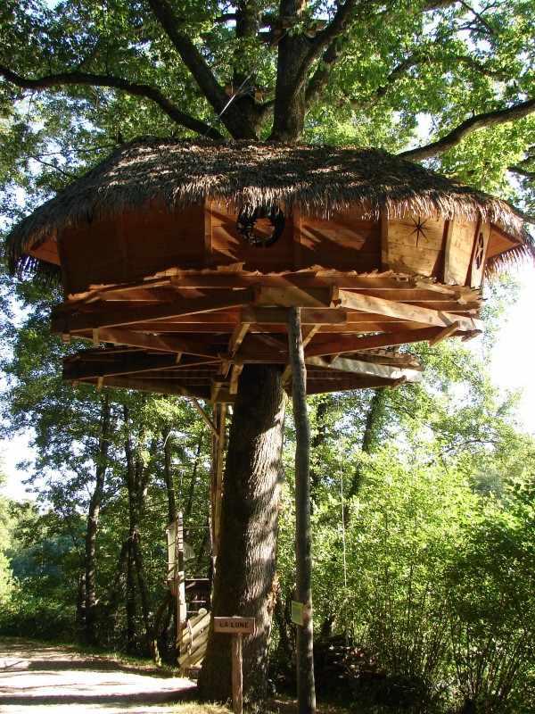cabane la lune domaine de la dombes cabane dans les arbres en rh ne alpes cabanes de france. Black Bedroom Furniture Sets. Home Design Ideas