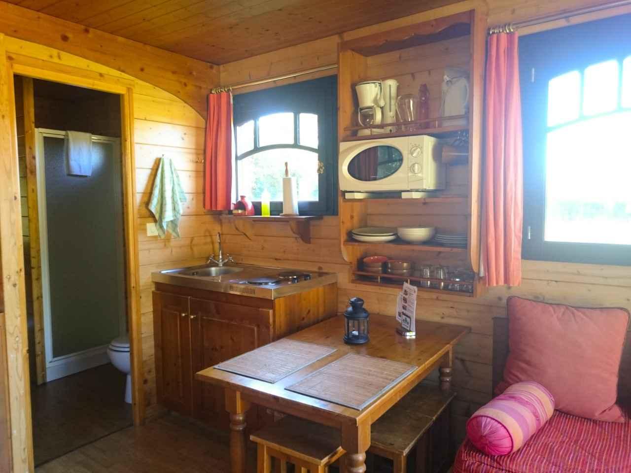 roulotte bouton d 39 or roulotte en centre cabanes de france. Black Bedroom Furniture Sets. Home Design Ideas